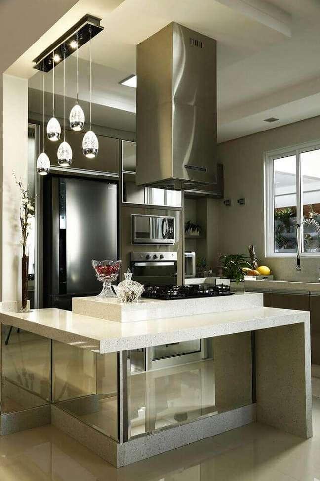 7. Essa cozinha com coifa de ilha recebeu um modelo com design bem moderna feita de alumínio