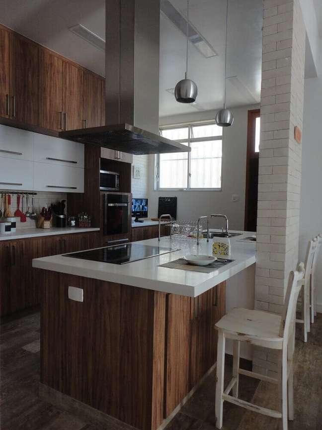 34. Decoração de cozinha de madeira com coifa de alumínio
