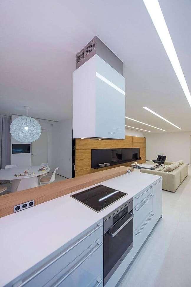 4. Neutra e moderna cozinha com coifa de ilha