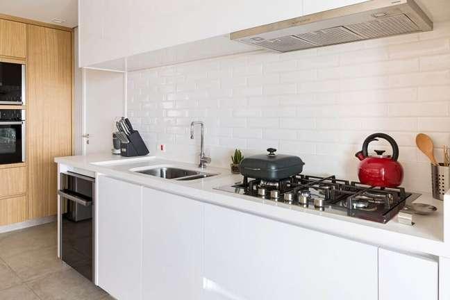 16. Cozinha planejada com coifa embutida no armário