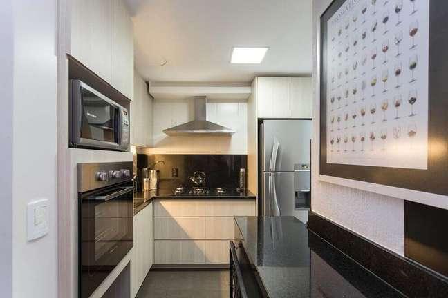 33. Decoração simples de cozinha com coifa de parede