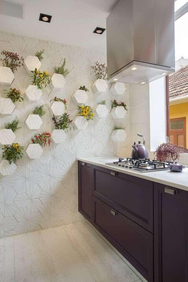 32. Linda inspiração de como decorar a cozinha planejada com coifa moderna