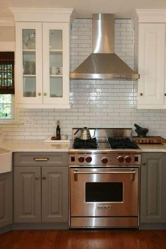 9. Estilo clássico em cozinha com coifa de parede