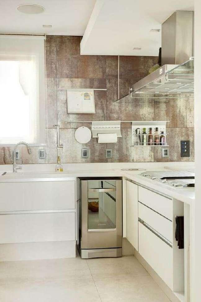 17. A cozinha com coifa de vidro garante leveza ao ambiente.