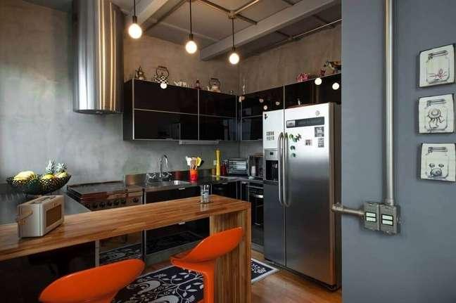 26. Decoração no estilo industrial em cozinha planejada com coifa cilíndrica de alumínio