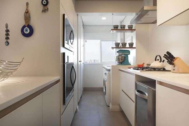 13. Pequena cozinha planejada com coifa em tons claros e com detalhes em aço inox