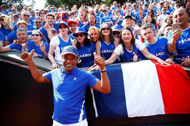 Capitão Yannick Noah comemora classificação da França