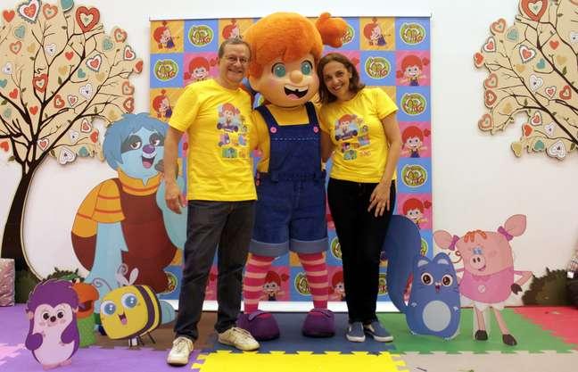 Os produtores Dario Bentancour Sena e Elizabeth Mendes com a versão de Mika vista no musical originado da animação