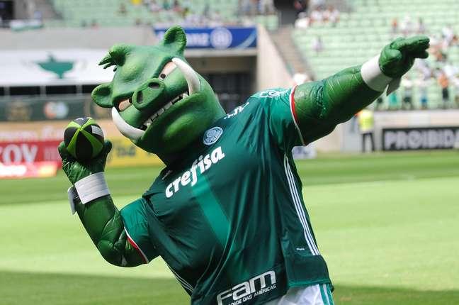 O periquito foi o primeiro mascote adotado pelo Palmeiras, mas depois, através de uma brincadeira dos rivais em SP, surgiu o Porco, que acabou 'adotado' pela torcida alviverde.