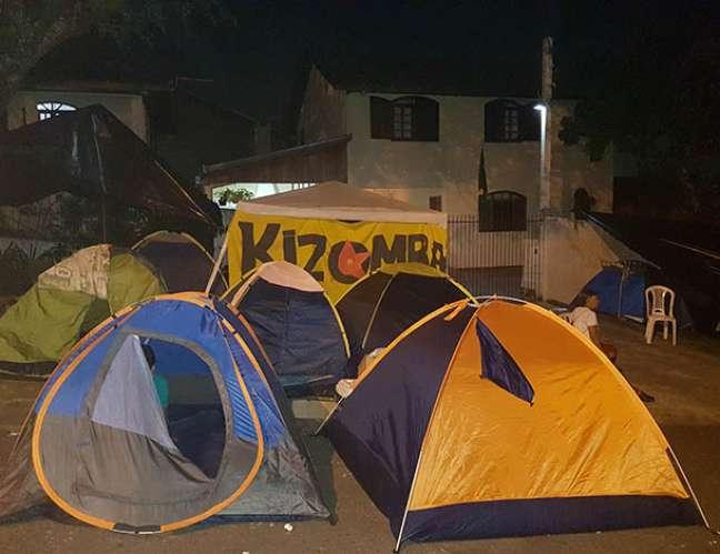 Apoiadores do ex-presidente Lula dormem em barracas nas proximidades da Polícia Federal em Curitiba