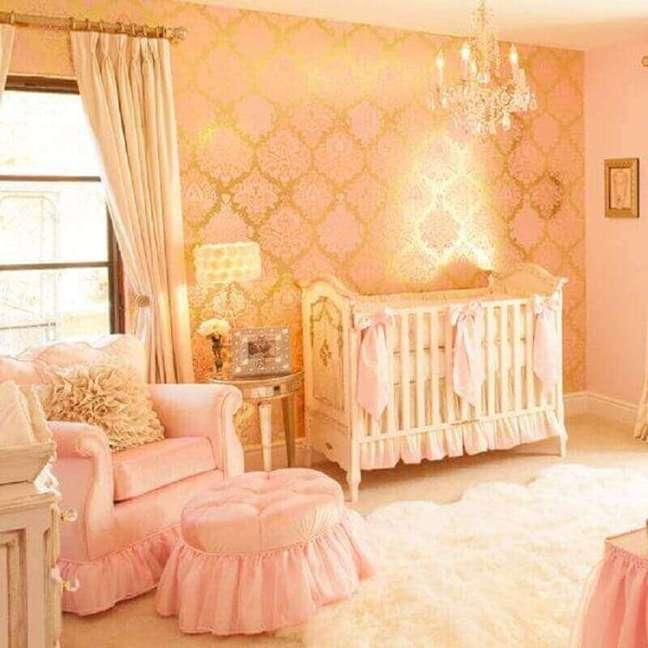 38. Papel de parede dourado e rosa para quarto de bebê feminino
