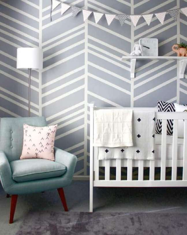 31. Decoração com papel de parede para quarto de bebê estilo escandinavo