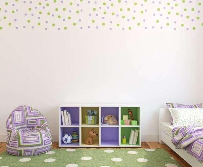 4. Papel de parede para quarto de bebê com estampa de poá colorido