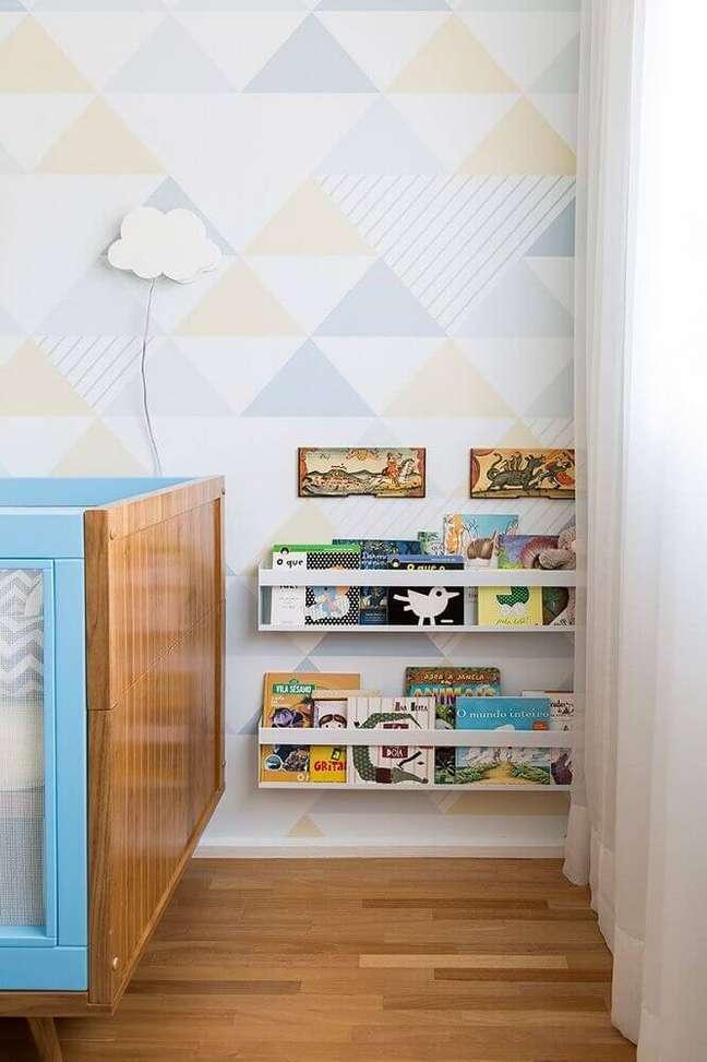 26. Decoração neutra com papel de parede em tons pastéis para quarto de bebê