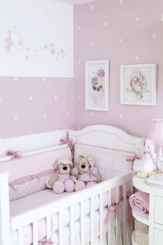 6. Decoração em tons de branco e lilás com papel de parede para quarto de bebê feminino