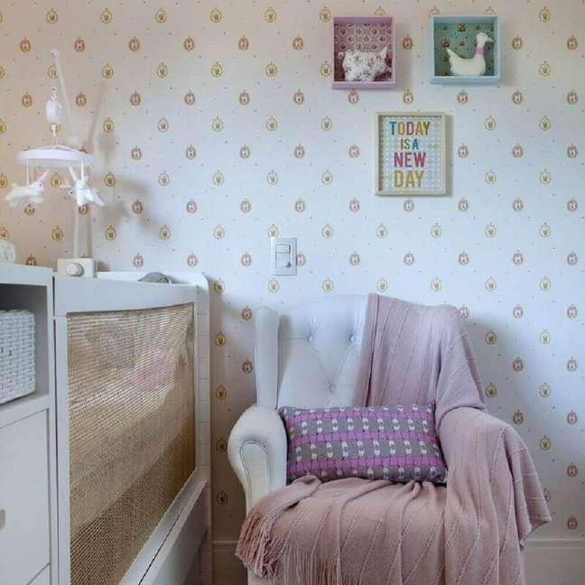 19. Papel de parede para quarto de bebê feminino com estampa de coroas