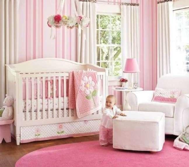 5. Listras cor de rosa no papel de parede para quarto de bebê feminino