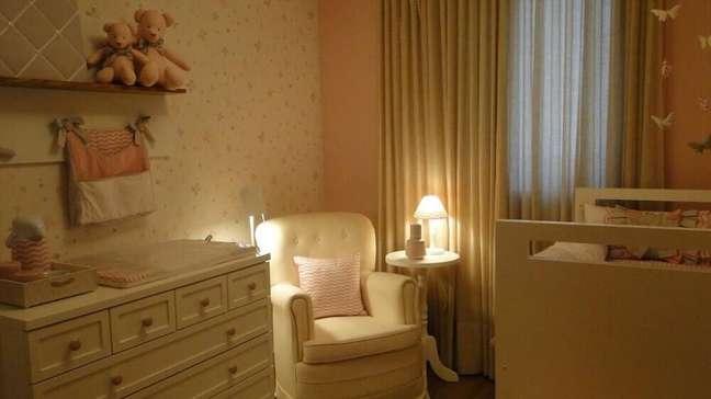 36. Quarto de bebê com papel de parede estampado
