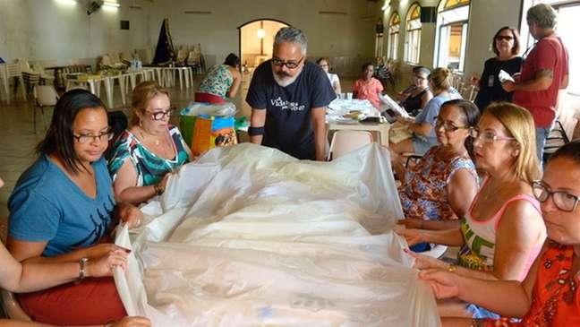 Estilista Ronaldo Fraga usou em sua coleção na SPFW o trabalho de bordadeiras da região de Mariana (MG)