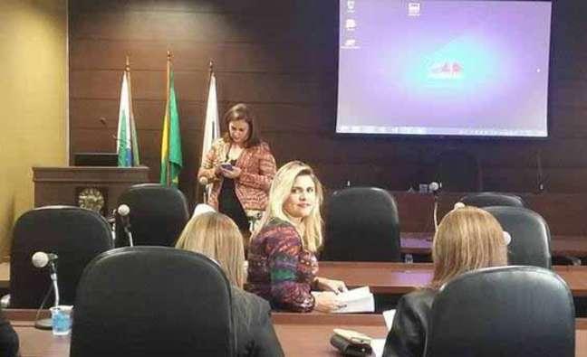 """""""Nunca imaginei que meu nome estivesse lá em Brasília"""", diz Flaviane de Souza Oliveira (centro), que foi candidata-laranja"""