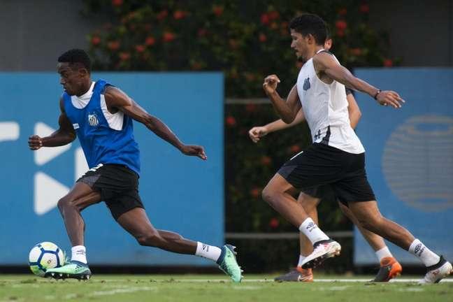 Caju (com a bola nos pés) não tem tido espaço com Jair Ventura e deve sair do Santos (Foto: Ivan Storti/Santos)