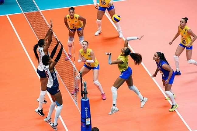 Amanda atacando pelo Brasil (Foto: Divulgação/CBV)