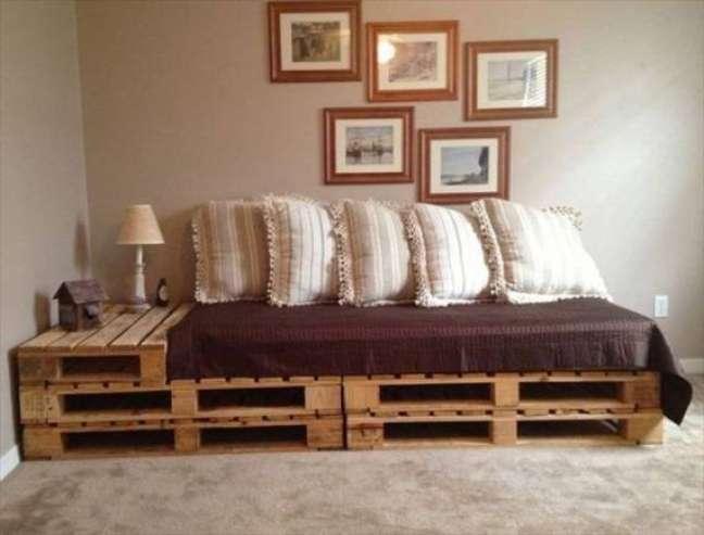 13. Sofá de paletes com uma área de apoio em estilo rústico