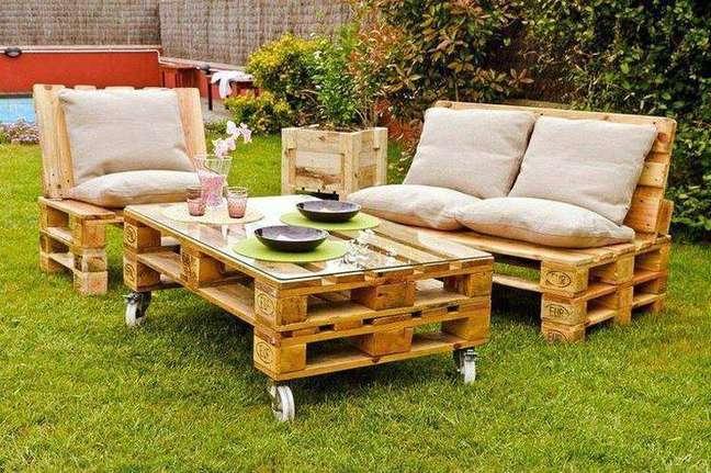 16. O jardim com um sofá de palete fica muito agradável