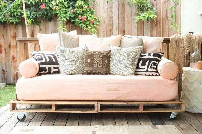 12. Sofá de palete com acolchoado rosa e rodinhas