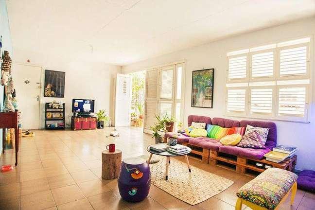18. Sofás de paletes em uma sala decorada com estiloalternativo