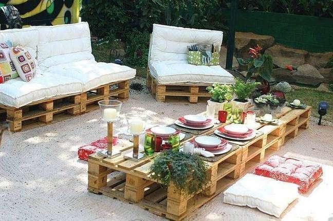 19. Decoração de jardim com sofás de pallets