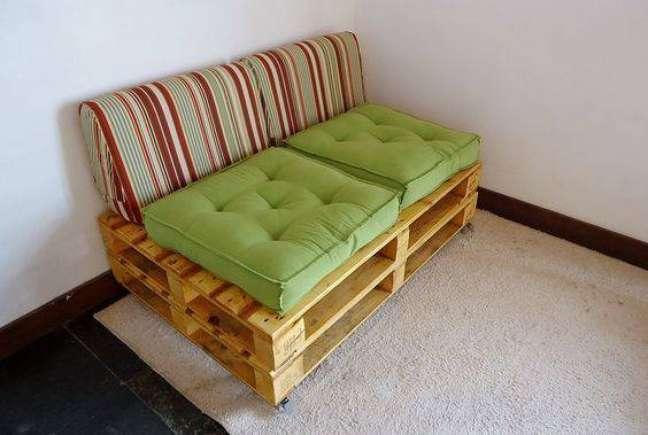 24. Sofá de palete com encosto próprio para sofás de futton