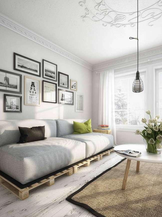 10. Sala decoradano estilo nórdico com sofá de palete harmonizando perfeitamente