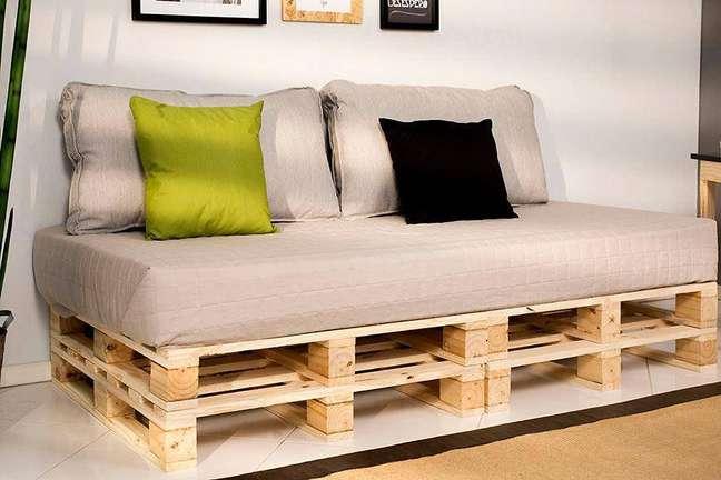 23. Sofá de palete com colchão como assento e almofadas