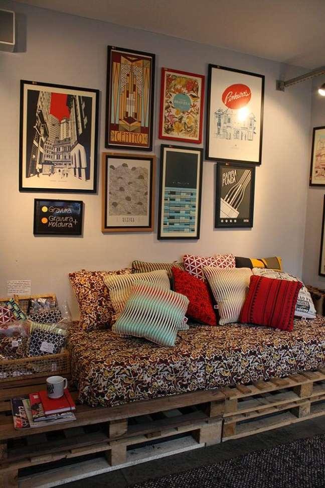26. Os quadros da sala combinaram perfeitamente com o sofá de pallets
