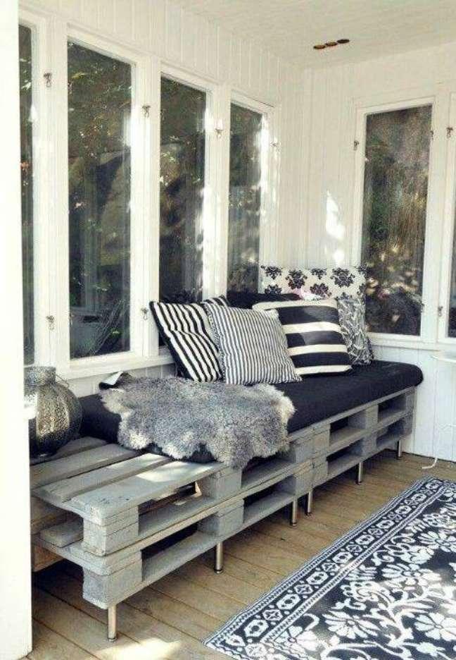 27. Você pode colocar pés no seu sofá de pallets para facilitar a limpeza