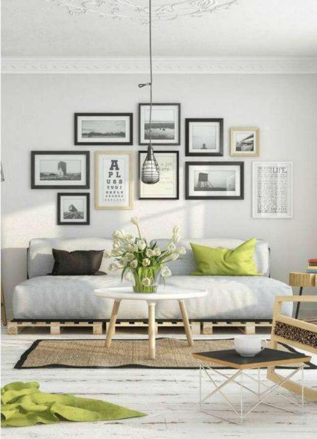 28. Decoração de sala estilo escandinavo com o uso de sofá de palete