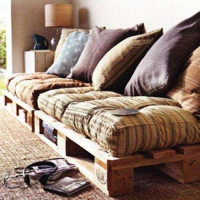 31. Uma sala com um sofá de pallets pode ficar bem descontraída e aconchegante