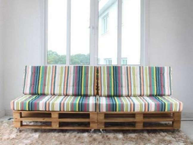34. O sofá de palete combina perfeitamente com o tapete para sala