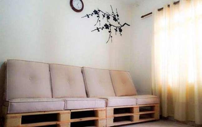 9. Acrescente os acolchoados para deixar seu sofá de palete confortável