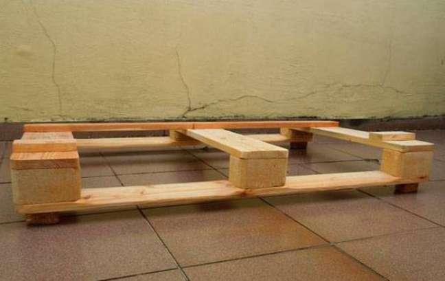 3. Depois do passo 1, você terá dado forma à base do seu sofá de palete