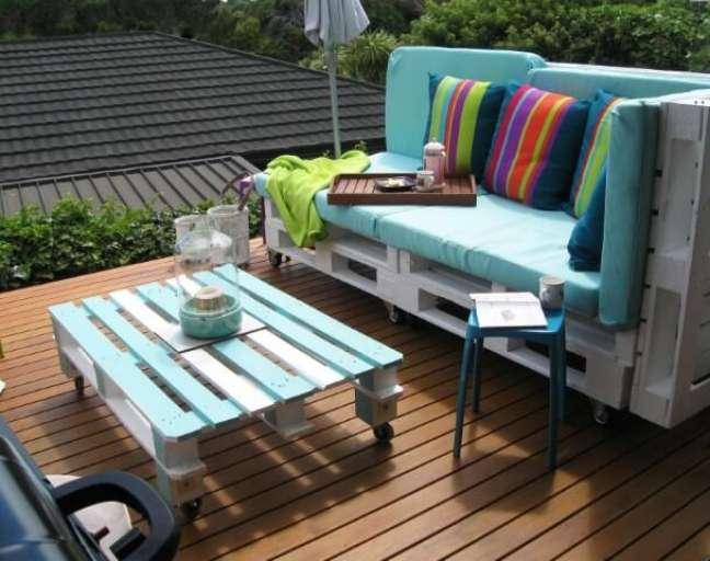 59. Sofá branco com almofadas azuis e coloridas