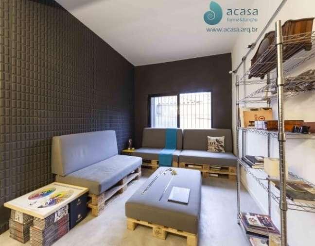 62. Sofás de palete cinza em sala de estar moderna. Projeto de A Casa