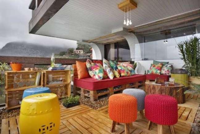 48. Toda essa área externa é feita de madeira, inclusive o sofá feito de pallet. Projeto de Morar Mais Por Menos