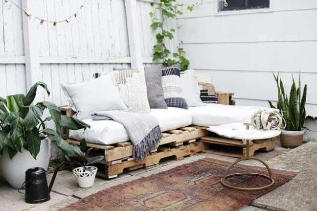49. As almofadas brancas e cinzas dão um ar moderno ao sofá