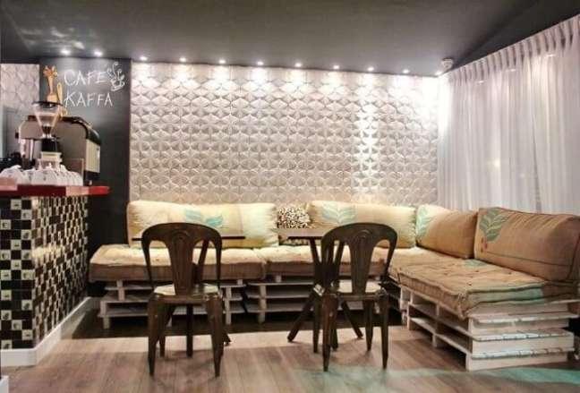 64. Nesse sofá, o material usado para fazer as almofadas também é reaproveitado