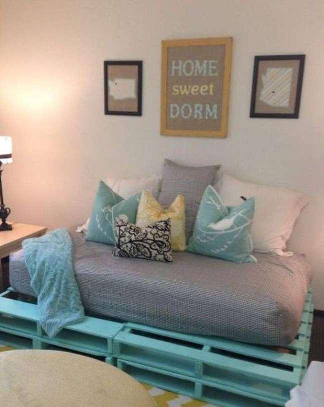 37. Um sofá de paletes é perfeito para tirar um cochilo