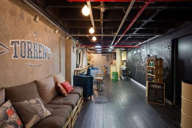 66. O sofá de palete também pode ser usado em ambientes comerciais. Projeto de Daniel Carvalho