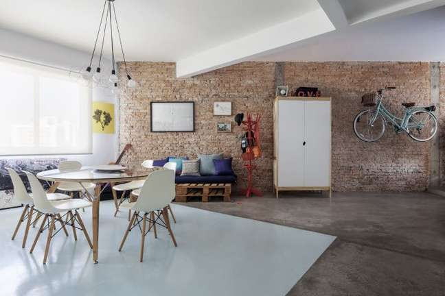 67. Sofá de palete em sala ampla. Projeto de Decoradoria Decoração Online