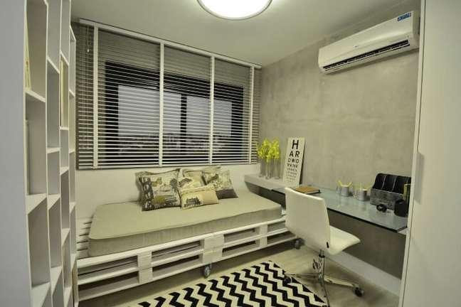 57. Sofá de palete no home office. Projeto de BG Arquitetura